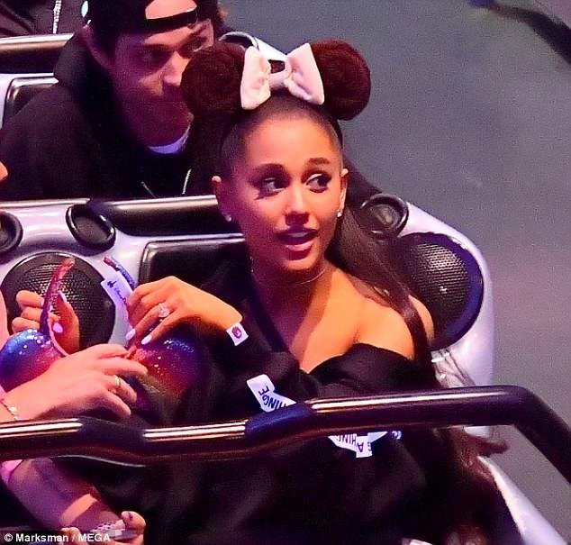 Ariana Grande lộ nhẫn đính hôn khủng trên ngón tay áp út ngày 11/6 vừa qua