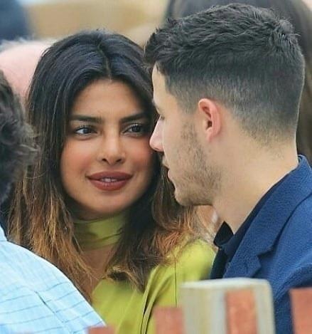 Priyanka Chopra nhìn Nick Jonas say đắm khi đi dự tiệc cưới dịp cuối tuần