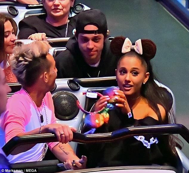 Thông tin Ariana Grande đính hôn với Pete Davidson khiến mọi người bất ngờ vì cặp đôi này chỉ mới hẹn hò được ít tuần
