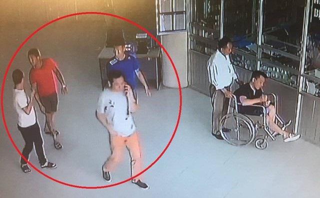4 đối tượng nghi vào Bệnh viện thể thao để đòi nợ lọt vào camera bệnh viện.