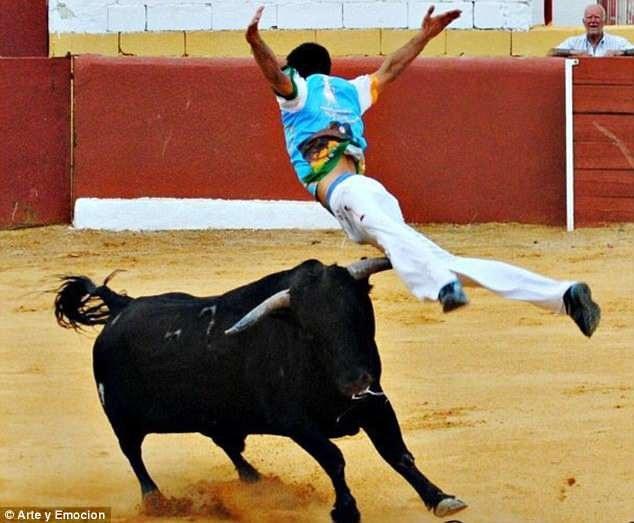 Rubén Quintanar (ảnh) là một võ sĩ nhảy qua lưng bò khá có tiếng tại Tây Ban Nha, anh đã có nhiều kinh nghiệm thi đấu, nhưng một cú trượt ngã đã khiến anh thiệt mạng trước mũi sừng bò.