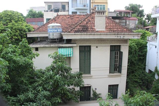 Căn biệt thự 12 Nguyễn Chế Nghĩa bị bỏ hoang từ nhiều năm nay.