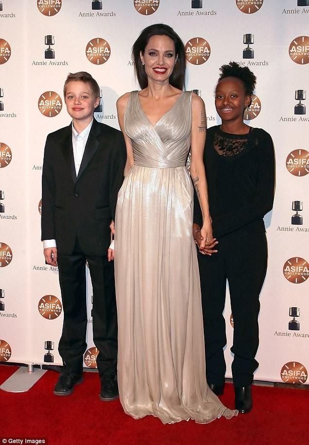 Angelina Jolie có thể mất quyền giám hộ các con nếu cô không tuân thủ những quy định mới của tòa.