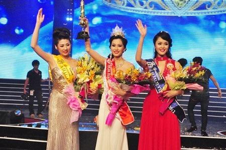Mới đây nhất, khi thông tin Á hậu Tú Anh sắp lên xe hoa được nguồn tin thân cận tiết lộ, công chúng đã ví von Hoa hậu Việt Nam 2012 là năm thi đặc biệt nhất trong các mùa Hoa hậu.