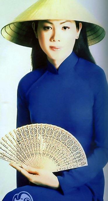 NTK Đức Hùng từng chia sẻ, vốn là người từng thiết kế cho nhiều cô gái đẹp Việt Nam thi Hoa hậu, anh chợt giật mình khi nhìn thấy số báo danh này. Người đẹp Vi Thị Đông, cô gái đoạt ngôi Á hậu năm 1992, từng được anh thiết kế bộ đầm dạ hội lộng lẫy đêm thi chung kết.