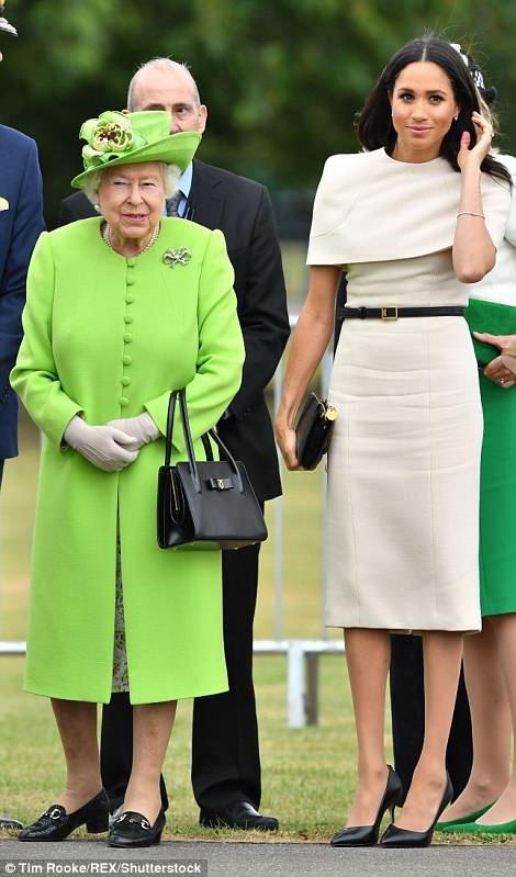 Meghan và Nữ hoàng Anh lần đầu tiên cùng nhau đi một chuyến đi qua đêm. Chuyến tàu Hoàng gia đi từ London tới ga Runcorn ở Cheshire