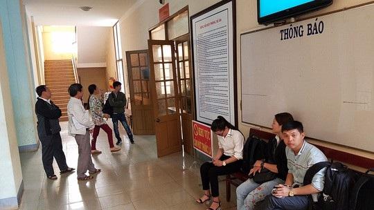 Phiên tòa xử kín, nhiều phóng viên, người dân ngồi ngoài phòng xử