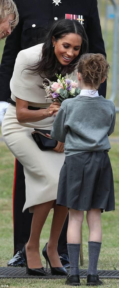 Cô vui vẻ khi nhận hoa từ một em bé