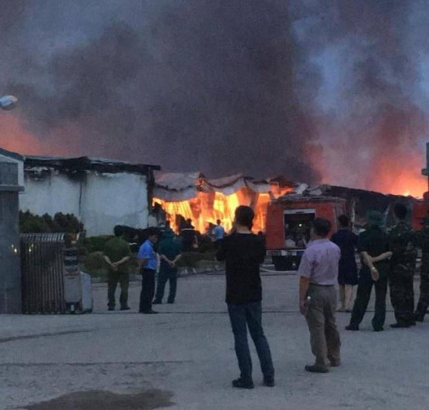 Đám cháy bốc khói cao nghi ngút hàng chục mét.