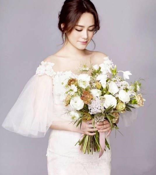 Đầu năm 2018, cô xác nhận chuyện đã đính hôn với bạn trai người Đài Loan và dự định tổ chức hôn lễ trong năm 2018. Ngày 26/5 vừa rồi, sau hôn lễ với bạn trai, Chung Hân Đồng hạnh phúc khoe những hình ảnh ngọt ngào và cảm động về đám cưới.