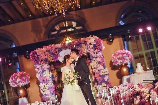 Chung Hân Đồng hạnh phúc bên bạn trai trong đám cưới tại Los Angeles, ngày 26/5 vừa rồi. Cô được bạn bè cũng như người hâm mộ chúc phúc.