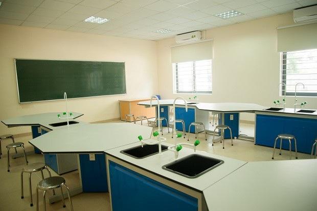 Một góc phòng thí nghiệm hóa sinh của trường.