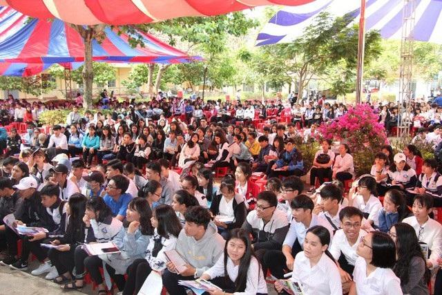 Học sinh lớp 12 tại Đắk Lắk trong một buổi tư vấn tuyển sinh.