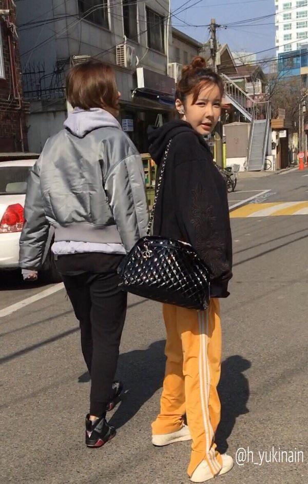 Việc mỉm cười và biểu lộ tình cảm trên gương mặt với Park Bom ngày càng khó.