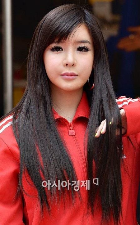 Gương mặt của Park Bom cứng đơ như tượng sáp