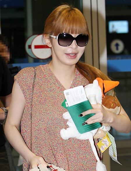 Park Bom nhiều lần bi chỉ trích phẫu thuật thẩm mỹ quá đà nhưng cô chưa bao giờ thừa nhận.