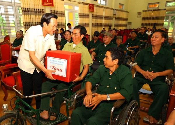 Bộ trưởng Bộ LĐ-TB&XH Đào Ngọc Dung tặng quà tới thương binh tại Phú Thọ.