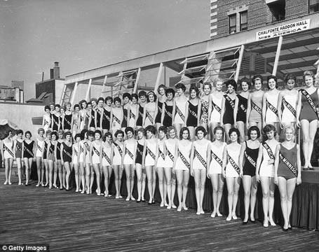 Năm 1962, cuộc thi vẫn được truyền hình theo định dạng đen trắng nhưng kể từ năm 1966, tivi màu đã bắt đầu phổ biến, sẽ có nhiều người quan tâm tới cuộc thi hơn nữa.