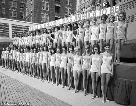 Dù bikini rất phổ biến ở Mỹ hồi thập niên 1960 nhưng tới năm 1969 những người đẹp tham gia thi Hoa hậu Mỹ vẫn mặc đồ bơi liền mảnh.