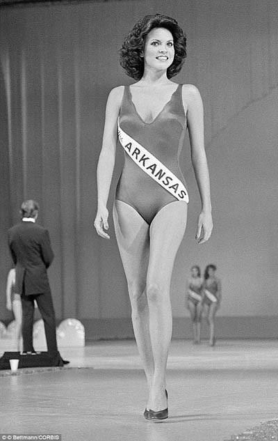 Đầu thập niên 1980, các người đẹp dự thi Hoa hậu đã bắt đầu táo bạo hơn đôi chút khi áo bơi lúc này đã có vòng đùi xẻ cao, bó sát hơn, áo mỏng hơn.