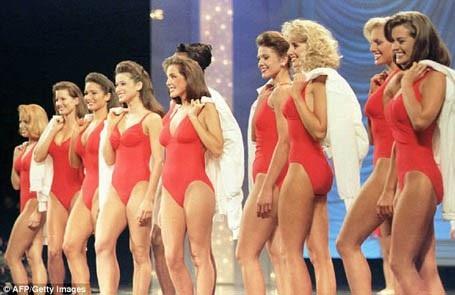 Năm 1995, các thí sinh mặc những chiếc áo bơi với kiểu dáng và màu sắc giống hệt nhau để tạo sự đồng bộ.