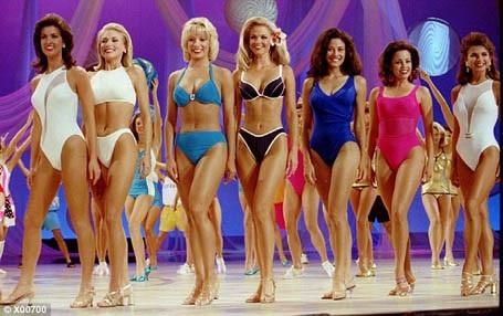 Đến năm 1997, bikini lần đầu tiên được chấp nhận tại cuộc thi Hoa hậu Mỹ, tuy vậy bikini không bắt buộc đối với tất cả thí sinh, nên vẫn có nhiều người đẹp lựa chọn giải pháp an toàn với áo bơi liền mảnh.