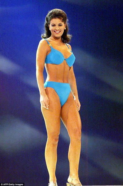 Dù bikini bắt đầu được chấp nhận nhưng các thí sinh vẫn đảm bảo để bộ đồ của mình không quá sexy, có thể thấy những bộ bikini này vẫn còn rất… to bản và dày dặn (ảnh chụp năm 1999).
