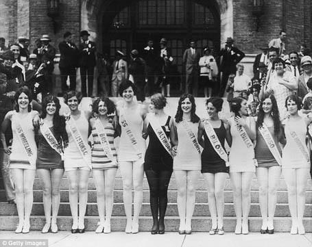 Phụ nữ ở thập niên 1920 không để lộ ra vòng 1 khi mặc đồ bơi và những chiếc áo bơi đều khá kín đáo.