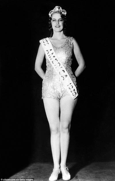 Tuy áo bơi ở thập niên 1920 kín đáo là vậy, nhưng cuộc thi Hoa hậu Mỹ Miss America vẫn bị buộc phải ngưng tổ chức trong vài năm (từ 1928 đến 1932) vì có nhiều người phản đối, cho rằng cuộc thi quá phản cảm. Đến năm 1933, cuộc thi mới trở lại.