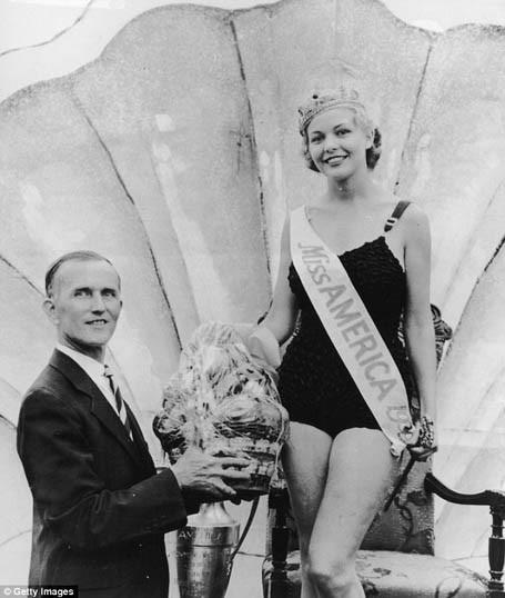 """Hoa hậu Mỹ năm 1938 nhận được một… lẵng hoa quả và vương miện. Áo bơi thời kỳ này vẫn còn khá """"kín cổng cao tường""""."""