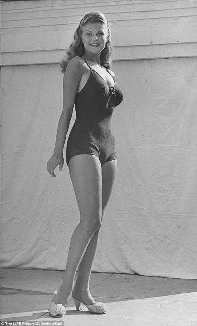 Hoa hậu Mỹ năm 1946 là một trong những người đẹp cuối cùng nhận vương miện trong trang phục áo bơi. Truyền thống này sẽ kết thúc vào năm 1948. Dù áo bơi của thập niên 1930 - 1940 vẫn còn rất kín đáo nhưng cách may đã có sự thay đổi khi bó sát hơn và tập trung vào việc khoe ra những đường cong cơ thể.