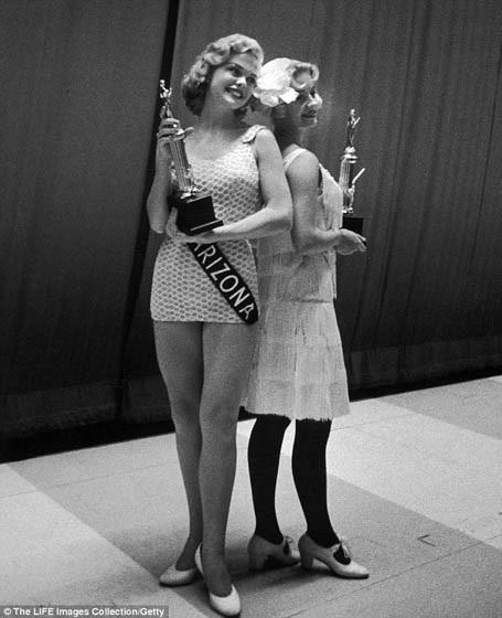 Cho tới tận thập niên 1950, áo bơi hai mảnh vẫn không được phép xuất hiện tại các cuộc thi Hoa hậu Mỹ.