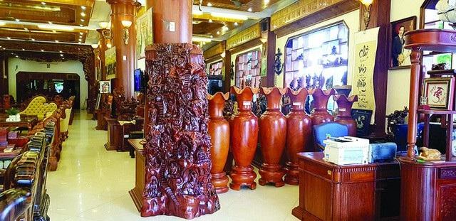 Bên trong một cơ sở sản xuất đồ gỗ ở Đồng Kỵ.