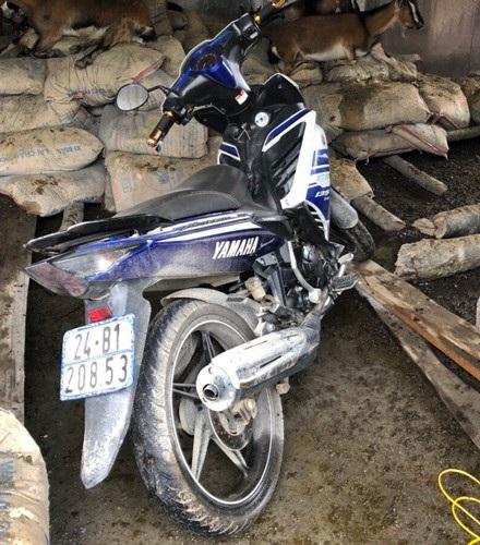 Chiếc xe máy được Thành bỏ lại trên hành trình trốn chạy sau khi gây án.