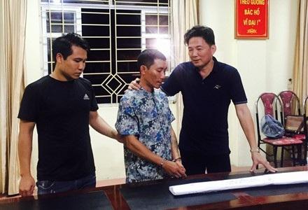 Đại tá Hoàng Mạnh Hùng, Phó Giám đốc Công an tỉnh Lào Cai (áo đen bên phải), đấu tranh với Thành, ngay khi đối tượng được đưa về trụ sở.