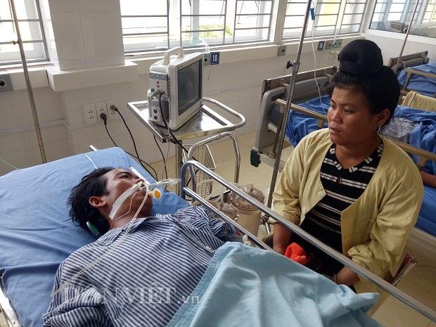 Chị Vì Thị Thin, bản Nà Pồng, xã Phiêng Pằn đang chăm sóc cho chồng.