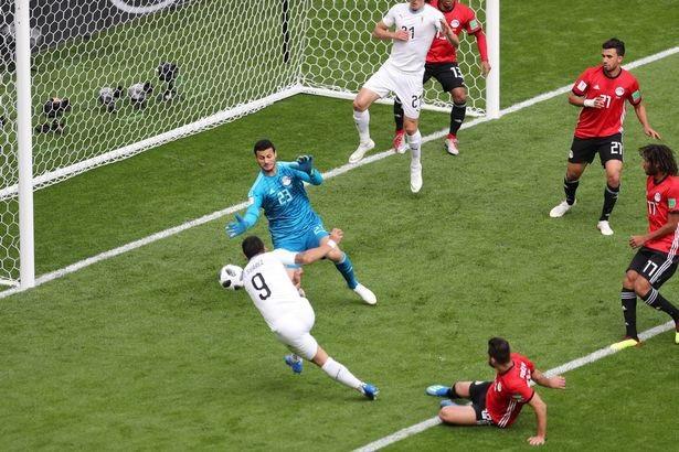 Pha bỏ lỡ mười mươi của Suarez