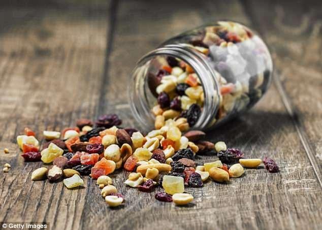 Nếu bạn không thể có bữa ăn trong vòng một giờ sau khi tập, thì một vốc hạt có vỏ cứng/hạt sống và một miếng trái cây là những ý tưởng tuyệt vời