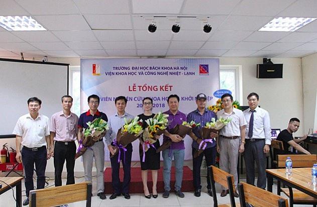 Lãnh đạo Viện tặng hoa, cảm ơn các doanh nghiệp tài trợ.