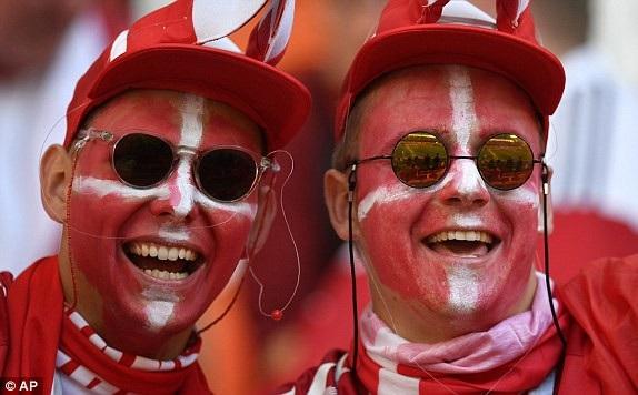Cổ động viên Đan Mạch vẽ mặt để cổ vũ cho đội nhà