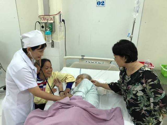 Bệnh nhân đang được bác sĩ thăm khám.