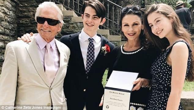 Zeta-Jones và Michael Douglas có hai con - Dylan (17 tuổi) và Carys (15 tuổi).