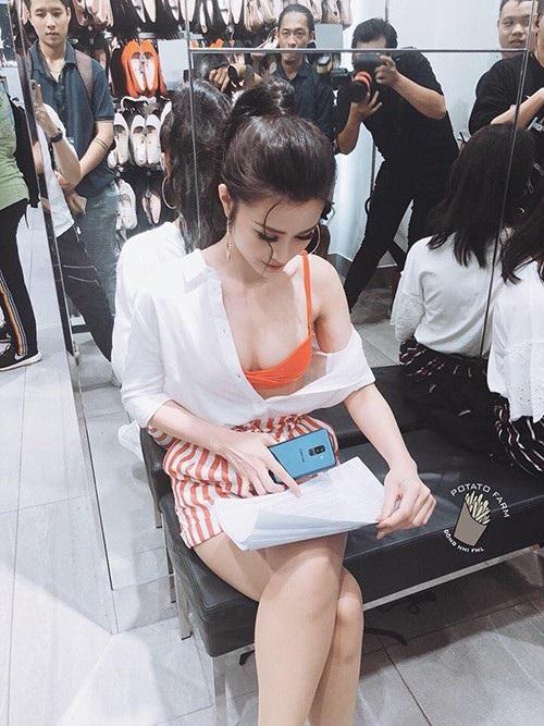 Ca sĩ Đông Nhi tự tin diện trang phục gợi cảm, lấp ló vòng 1 đầy đặn, cô gây chú ý khi đang ngồi trong hậu trường xem kịch bản chương trình.