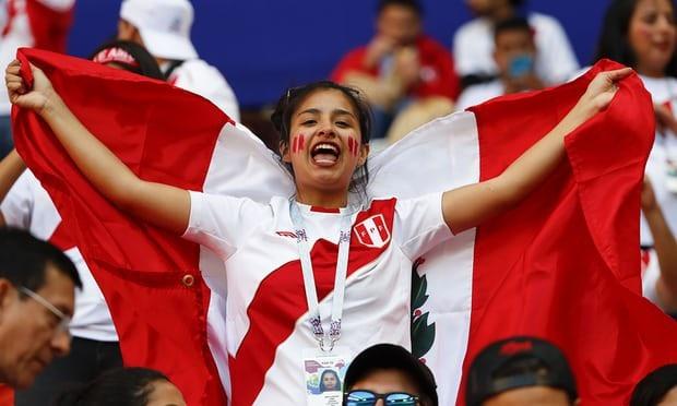 Cổ động viên Peru cũng mang sắc đỏ trắng truyền thống