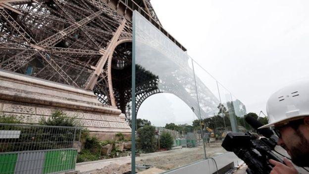 Bức tường kính chống đạn xây quanh tháp Eiffel (Ảnh: Reuters)