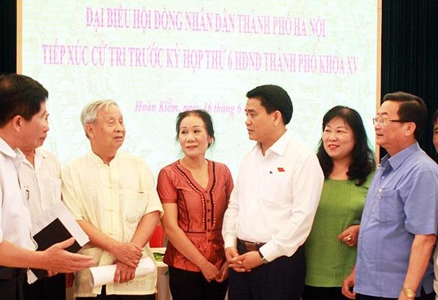 Ông Nguyễn Đức Chung trao đổi với cử tri quận Hoàn Kiếm
