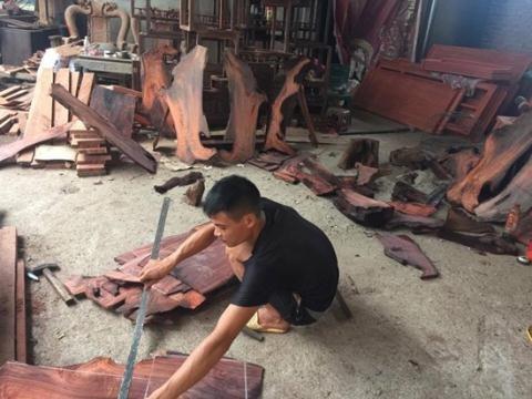 Sản xuất đồ gỗ tại Đồng Kỵ. Ảnh: VnMedia