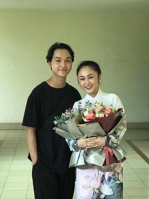 Con gái nhạc sĩ Quốc Trung và ca sĩ Thanh Lam - Thiên Thanh được em trai tới cổ vũ trong lễ tốt nghiệp nhạc viện. Cô bé chia sẻ: Hôm nay tốt nghiệp hát hem được ổn mà vẫn được tặng 2 bó hoa xinh động viên tinh thần, thank you guys.