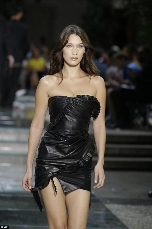 Bella Hadid khoe chân dài miên man với váy da ngắn