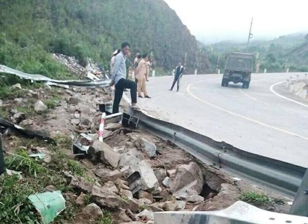 Lực lượng đội cứu nạn đã phối hợp xử lý sự cố giao thông trên đèo